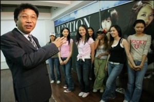 http://supershiningbeauty.files.wordpress.com/2012/06/sooman-with-snsd.jpg?w=300